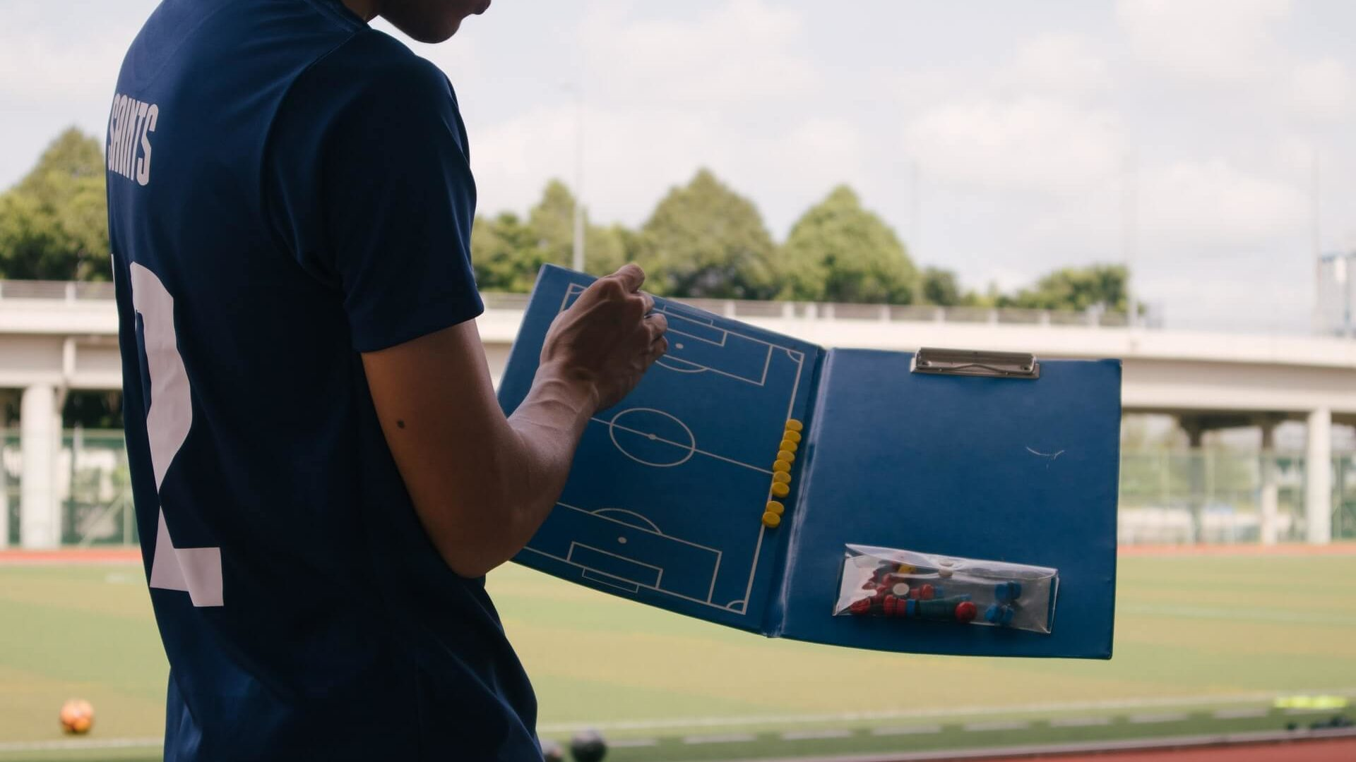 サッカーについて教えている